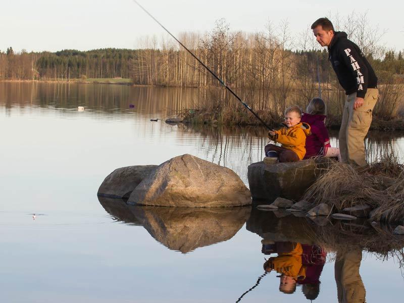 Ylämäen Virkityslomat - perhe kalassa